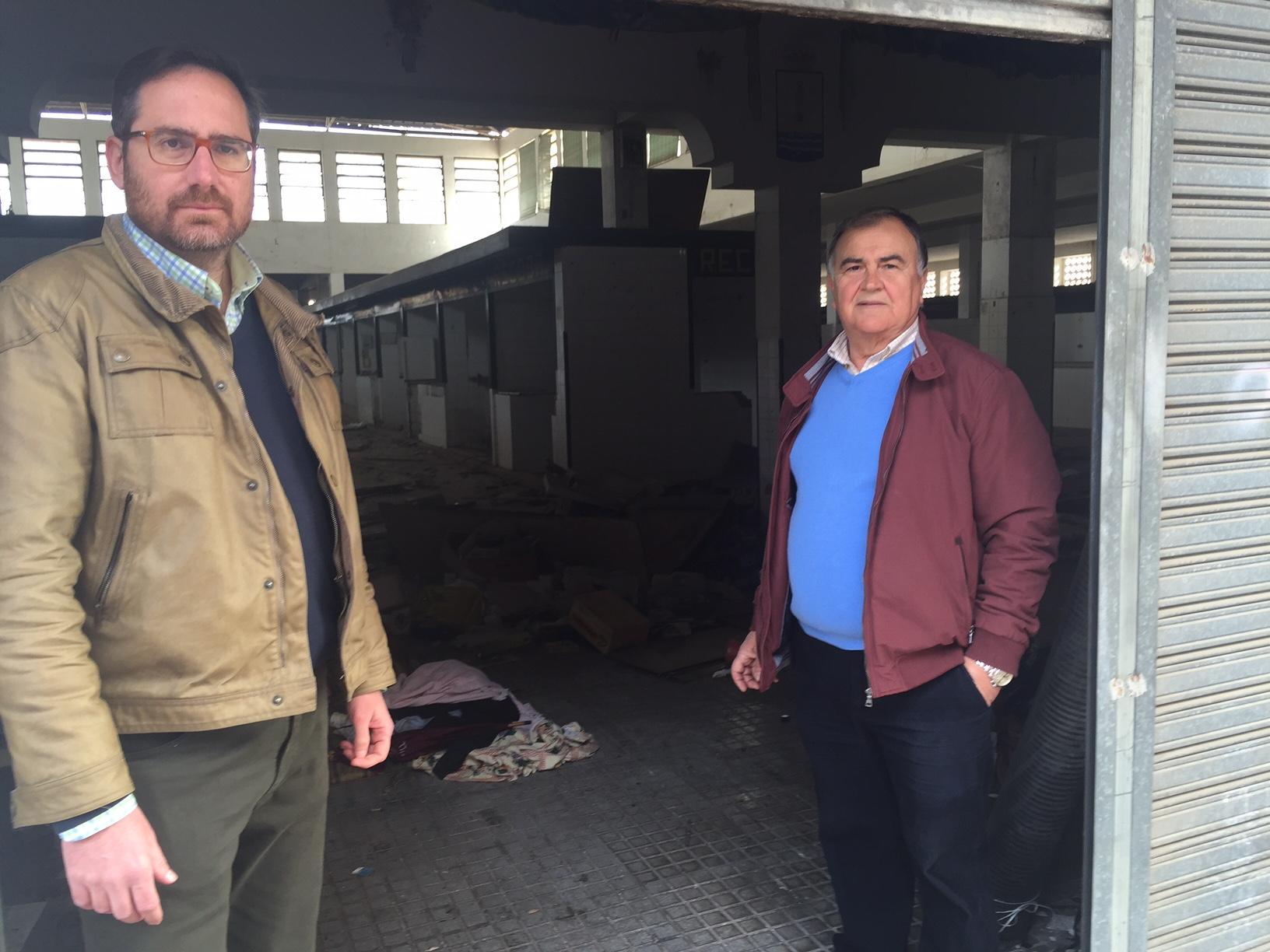 José Manuel Vullanueva y Paco Bautista, tus concejales del PP, verifican el lamentable estado del edificio público