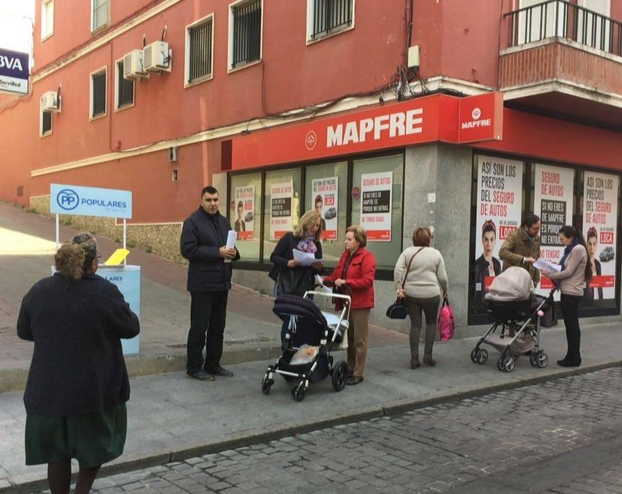 Los Concejales del PP trabajando cerca de ti, sacan su oficina a la calle [2]