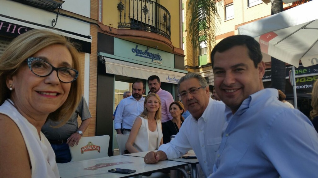 Moreno, Zoido y Hornillo, tomando café en un comercio alcalareño.
