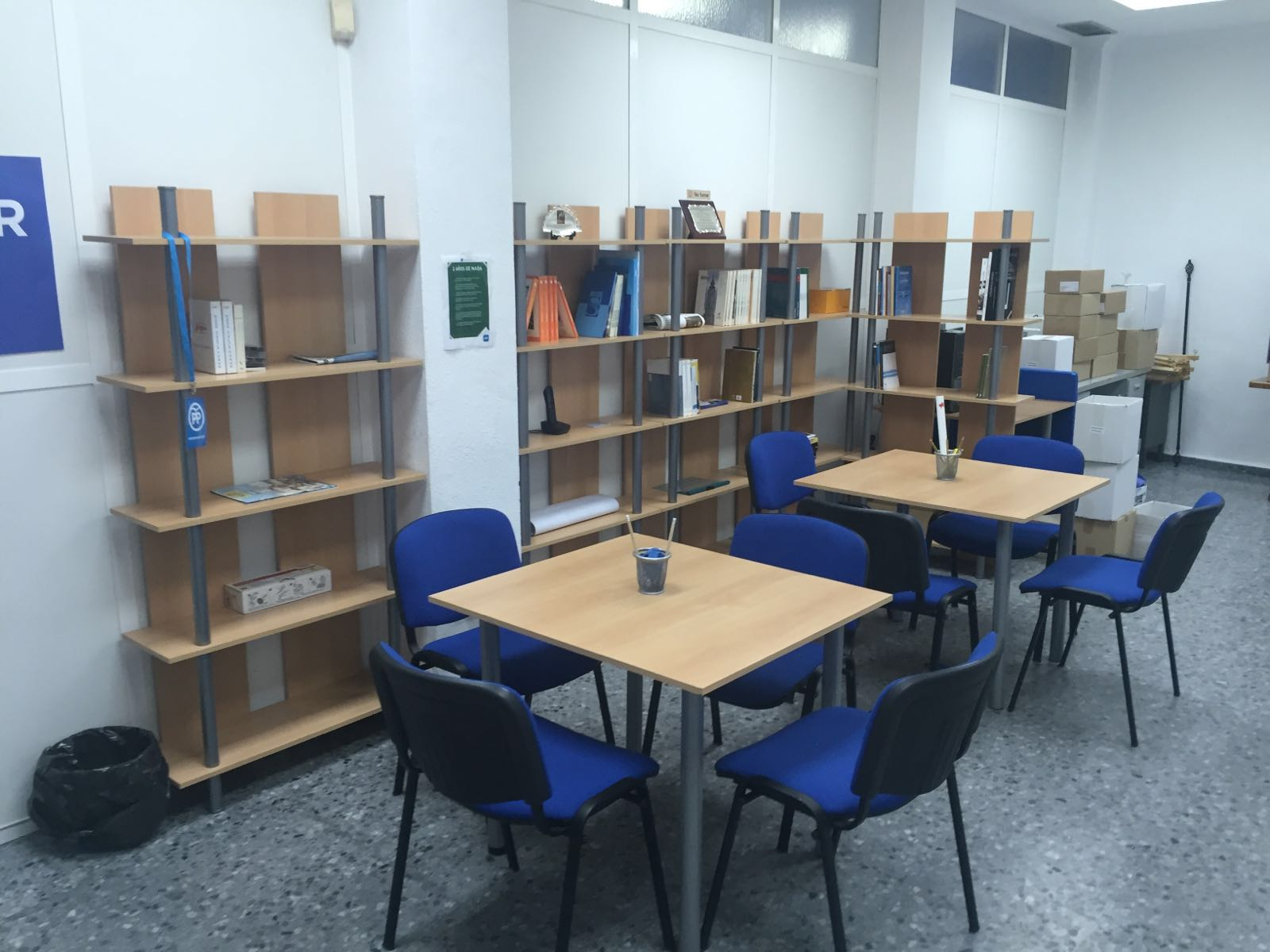 Mesas de trabajo para estudio y grupos pequeños. Junto a la pequeña cocina y el almacén.