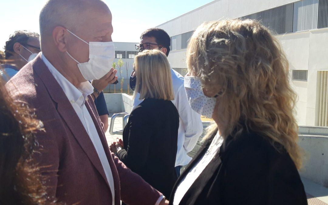 Sandra González (PP) acompaña al Consejero de Educación, Javier Imbroda, durante su visita al solar donde se levantará el nuevo IES de Alcalá