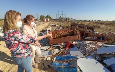 Sandra González denuncia el enorme vertedero en el que se ha convertido 'La Isla', donde los socialistas prometieron 1.000 VPO y un hospital